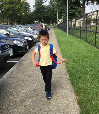 Bé Gấu, con trai chị Sơn trên đường đến trường.