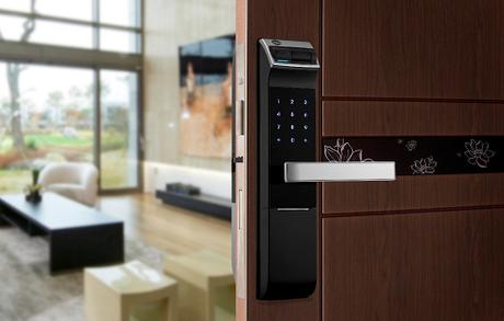 Công nghệ hiện đại mở khóa thông minh bằng mã số, thẻ từ, vân tay hoặc chìa khóa cơ.