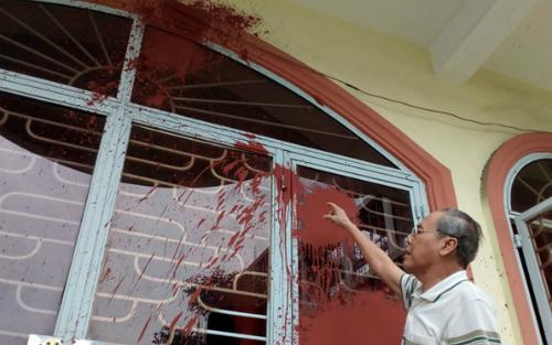 Căn nhà ông Quang bị nhóm người đòi nợ tạt sơn vào. Ảnh:NVCC