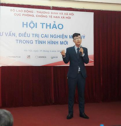 Nguyễn Hoàng Điệp chia sẻ về phương pháp Đào tạo tinh thần giúp cai nghiện ma túy trong hội thảo ở Hà Nội giữa tháng 8 vừa qua. Ảnh: NVCC.