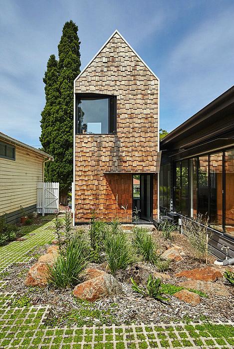 Thiết kế mở và những cánh cửa rộng để đón ánh nắng vào nhà, giảm nhu cầu sưởi ấm, làm mát.
