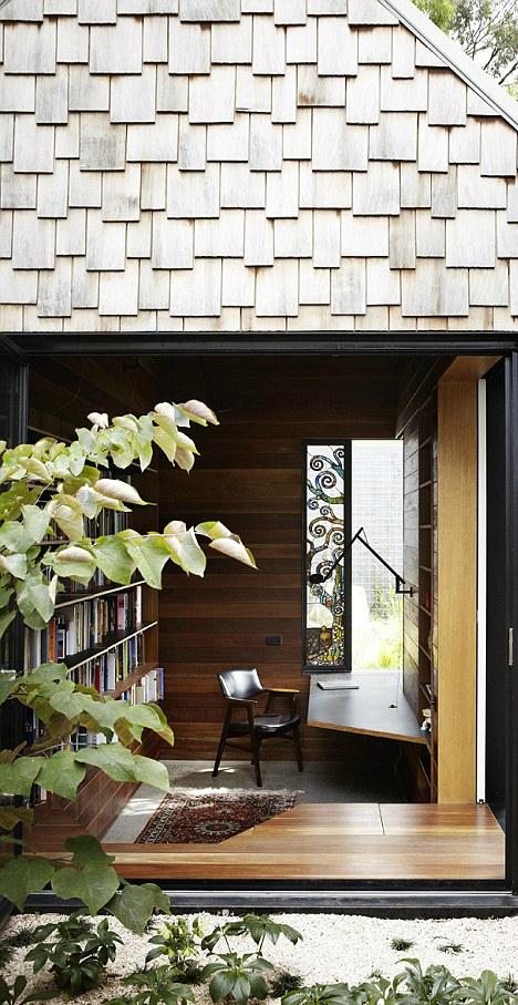 Căn nhà như một thư viện, với sách được giấu ở nhiều nơi trong vườn, khi thư giãn.