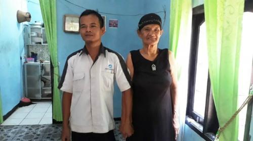 Cặp vợ chồng lệch tuổi khoe rằng họ có cuộc sống hạnh phúc, tuổi tác không phải vấn đề. Ảnh: Pekanbaru.tribunnews.