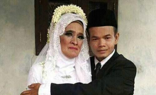 Bà Manih, 78 tuổi trong ngày cưới với người chồng kém mình nửa thế kỷ. Ảnh: JawaPos.