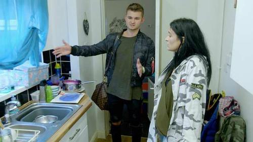 Patrick ngạc nhiên khi không thấy máy rửa đâu trong bếp nhà Katrina. Ảnh: 5Star/Rich Kids Go Skint.