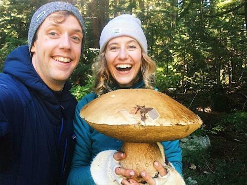 Vợ chồng Olya bên cây nấm khổng lồ. Ảnh: Theprovince.