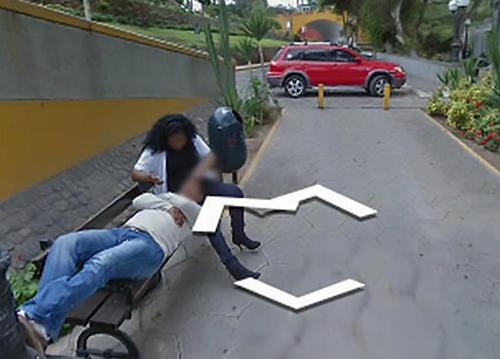 Bức ảnh người phụ nữ vuốt ve người đàn ông trên ghế được camera của google trên đường phốghi lại. Ảnh: Mirror.