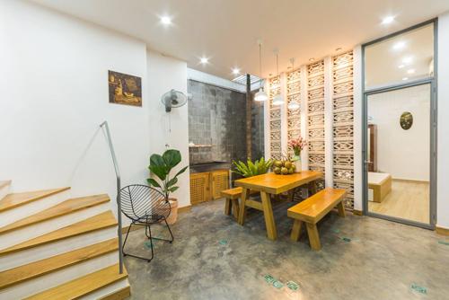 Chủ nhà đồng thời cũng là một Designer, nên quá trình làm nội thất cũng góp tay vào để hoàn thiện căn nhà cho vừa ý nhất. Với gam màu đơn giản , mộc mạc như trắng, xám hồ dầu, bê tông, đá và đỏ gạch tàu.