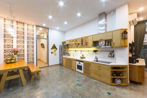 Nền nhà là chất liệu bê tông xoa phẳng + điểm bằng các viên gạch gốm xanh ngọc . Các chất liệu thủ công màu sắc tự nhiên được ưu tiên sử dụng