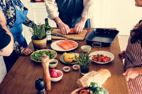 Tiệc cuối tuần, bữa cơm gia đình với công đoạn chuẩn bị nhanh gọn giúp rút ngắn thời gian cho các thành viên nhiều thời gian bên nhau. (Xin nguồn của tấm ảnh này)