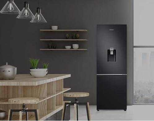 Chiếc tủ lạnh với thiết kế phẳng, có hai màu đen titan và bạc bóng bẩy góp phần tạo điểm nhấn trong gian bếp.