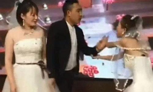 Bạn gái cũ mặc váy cưới tới hôn trường ''cướp rể'' - Đời sống