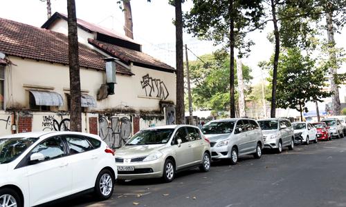 Việc tăng giá gửi xe ô tô khiến nhiều người tìm nhiều cách tiết kiệm chi phí.