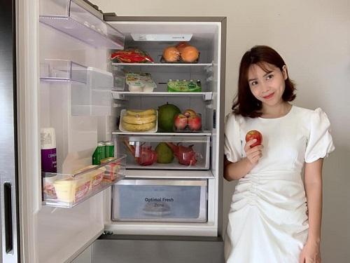 Chỉ cần mở tủ lạnh ngăn đông dưới mới của Samsung, chị em đã có ngay nguyên liệu tươi ngon để bắt tay vào chế biến.