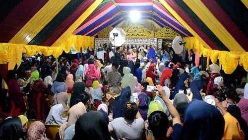 Chen chúc người tới dự đám cưới của họ, bởi chuyện kết hôn lệch tuổi lạ ở Indonesia. Ảnh:Indowarta.
