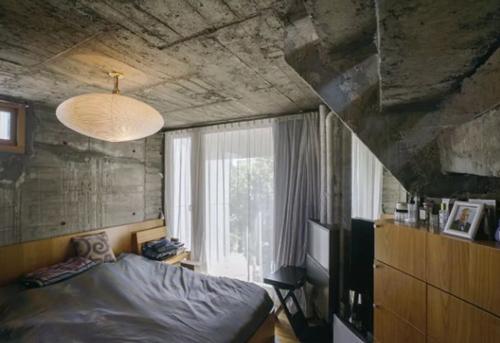 Phòng ngủ nhỏ nhưng vẫn ngập tràn ánh sáng nhờ lớp rèm cửa mỏng. Từng chiếc tủ, kệ sách, ghế ngồi ... bố trí sát tường, tạo lối đi thuận tiện.