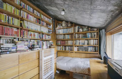 Căn phòng nhỏ xíu nhưng là niềm mơ ước của nhiều người với kệ sách gỗ thiết kế thông minh, tận dụng tối đa diện tích.