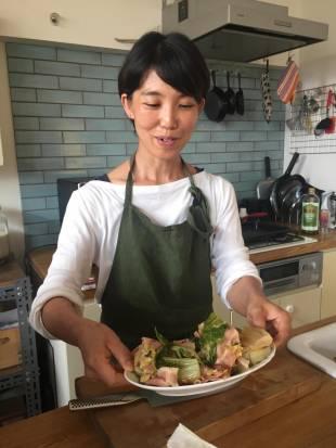 Cô Shima Tassin đi đầu trong phong trào bớt nấu nướng cầu kỳ như cách phụ nữ Nhật vẫn làm.