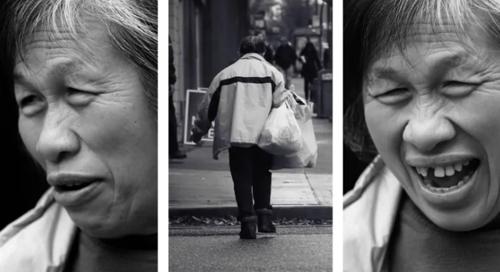 Bà Gia Trần 21 năm nhặt phế liệu, lấy tiền ủng hộ bệnh nhân ung thư. Ảnh: Reddit.
