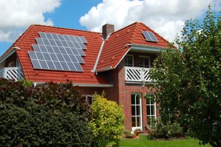 Nếu gia chủ đi vắng cả ngày, việc đầu tư điện năng lượng mặt không thực sự hiệu quả. Ảnh: solarpowerauthority.