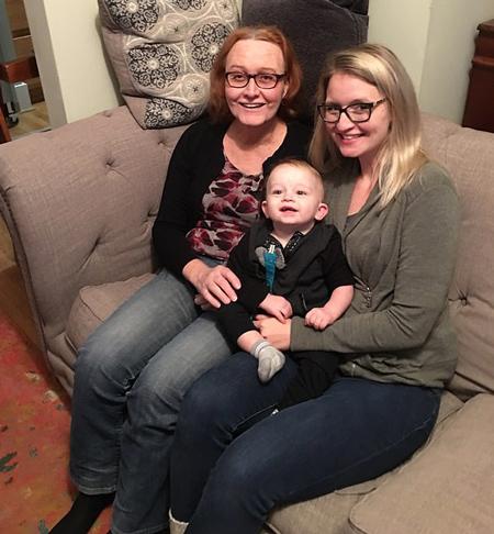 Julie bên con gái và đứa cháu 2 tuổi. Ảnh: Newsrt.