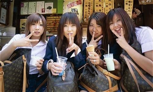 Vì sao người Nhật ngày nay coi việc sở hữu túi Louis Vuitton là nhà quê - Đời sống