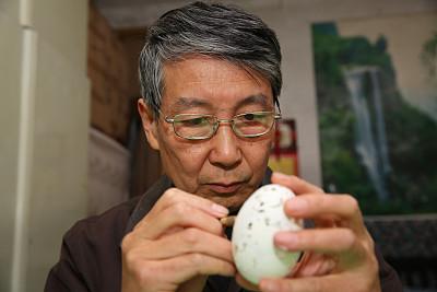 Thuở nhỏ, ông Fuliang coi khắc trứng như một trò chơi, đến nay, nó khiến ông trở thành triệu phú. Ảnh: Sohu.