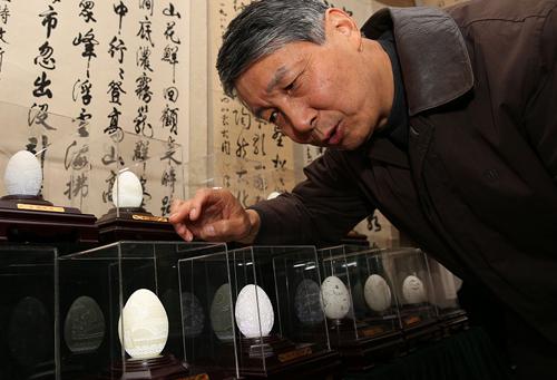 Mỗi quả trứng đều có giá hàng chục nghìn đô, nhưng người mua vẫn nhiều đến mức ông không làm kịp để bán. Ảnh: Sohu.