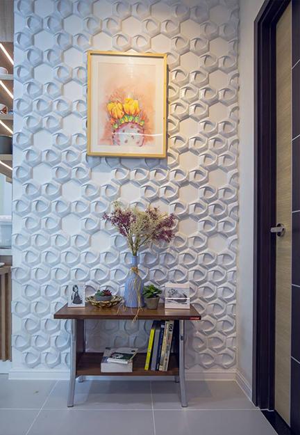 Một phần bức tường được trang trí bằng gạch bê t