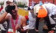 Cầm di ảnh con trai khi chạy marathon, ông bố òa khóc khi cán đích