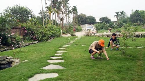 Năm đầu tiên, gia đình sẽ hoàn thiện thiết kế, thi công cơ bản các hạng mục sân vườn, nhà ở. Bao gồm san lấp, tôn mặt bằng, sân, lối đi, đường dạo, xây thô nhà 1 tầng trên có sân chơi và gian thờ diện tích khoảng 150 m2 (khách, bếp ăn, 3 ngủ, thờ).
