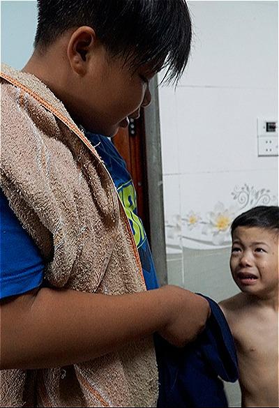Với những đứa trẻ hay khóc, các thầy cô khácđều để Phú dỗ dành. Ảnh: Trọng Nghĩa.