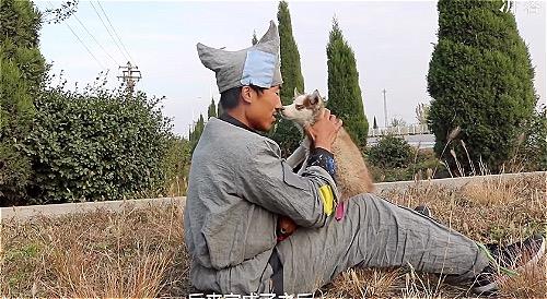 Chang trai di bo 7.000km mang anh ban gai cu di ngam bien