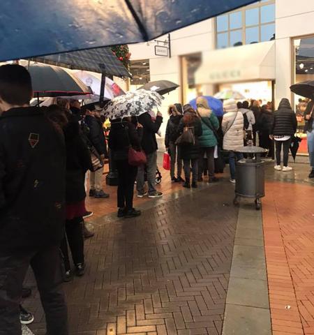 Dù mưa lạnh, mọi người vẫn xếp hàng dài chờ mua đồ trong ngày Black Friday hôm qua 23/11 tại thành phốAlessandria, Italia. Ảnh: Tuyết Trần.