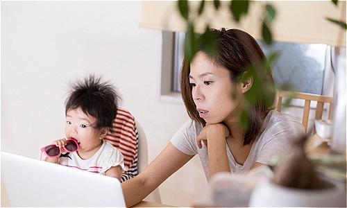 Nhiều phụ nữ cảm thấy khó cân bằng giữa công việc áp lực với chăm sóc gia đình, dành thời gian cho con cái. Ảnh: Population.