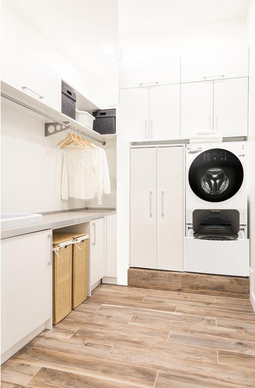 Thanh treo quần áo cũng đem lại sự gọn gàng và tiện lợi.