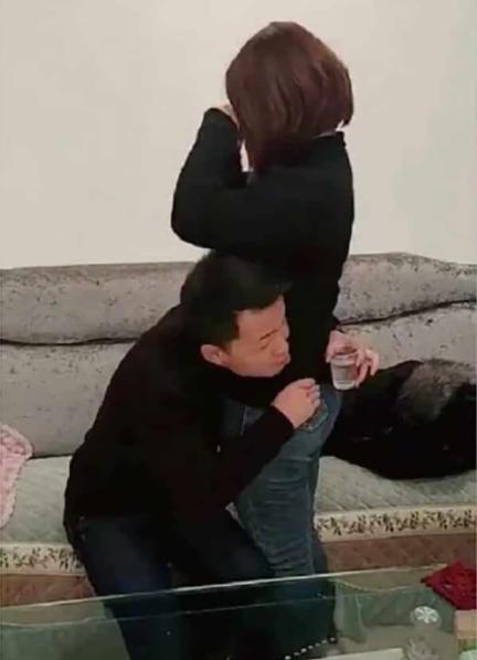 Thử thách ôm eo bạn gái uống nước của các chàng trai Trung Quốc - 1