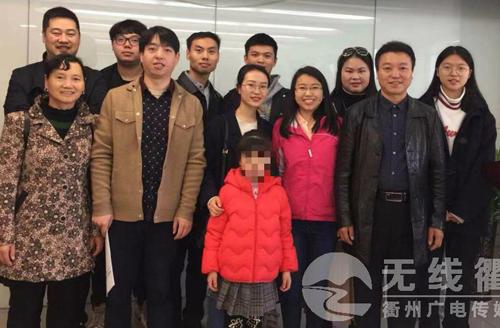 Cả gia đình đến nhận lại Tiểu Giác (áo hồng giữa). Ảnh:  Qz123.