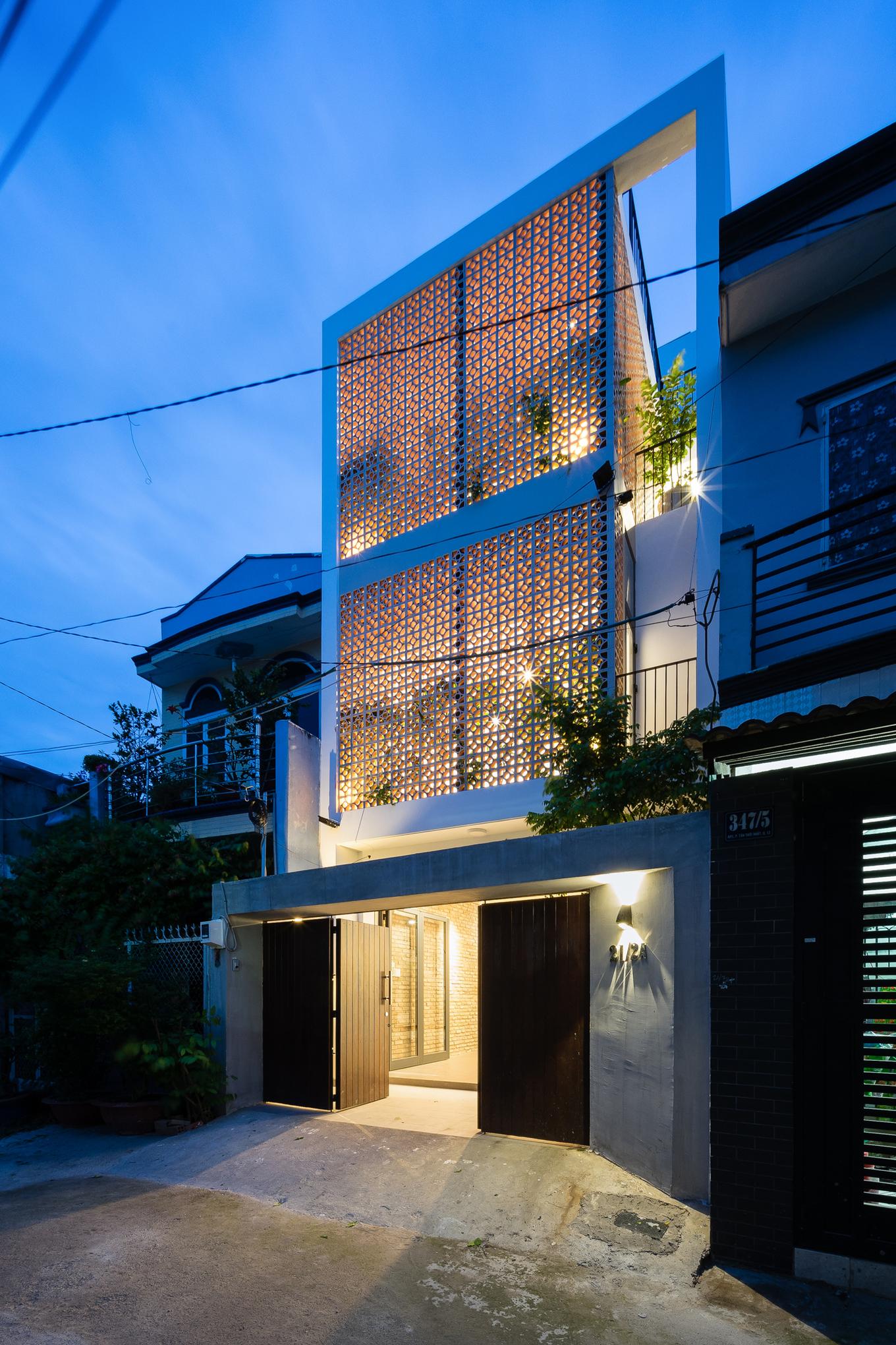 Chấp nhận bỏ 'view mặt tiền', ngôi nhà Sài Gòn hướng Tây mát rượi