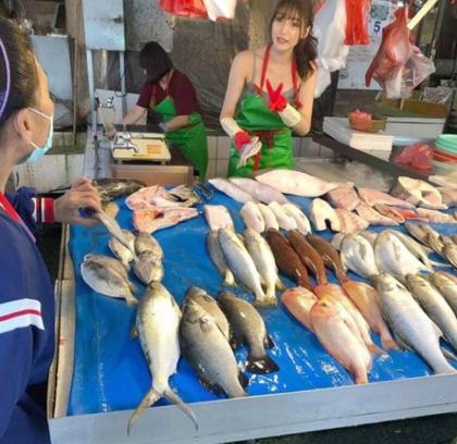 Cô gái bán cá vô tình gây chợ vỡ vì quá xinh đẹp - ảnh 2