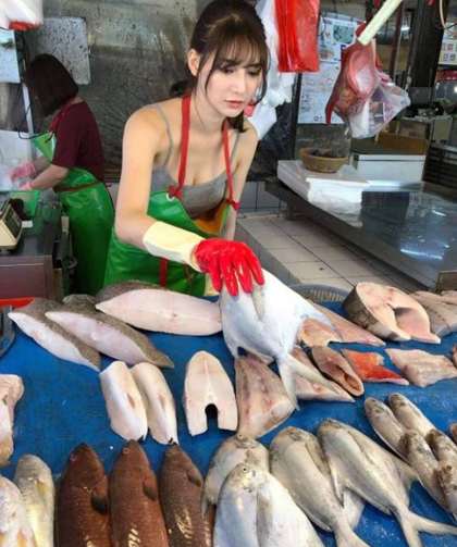 Cô gái bán cá vô tình gây chợ vỡ vì quá xinh đẹp - ảnh 3