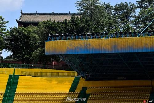 Sân vận độngYuexiushan - sân nhà củaCâu lạc bộ bóng đá R&F Quảng Châu - được sơn lại và ngay sau đó là chuỗi 4 trận thắng của họ. Ảnh:ndtv.