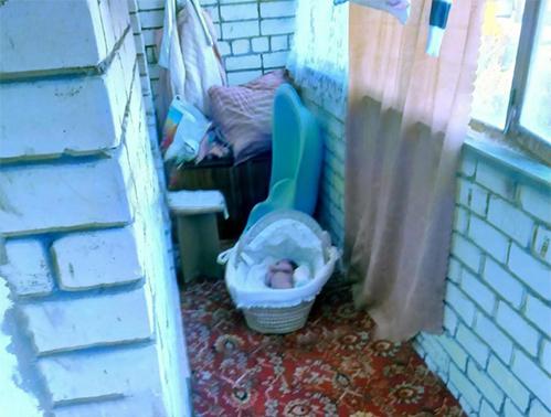 Mẹ trẻ nhốt con sơ sinh ngoài ban công lạnh giá để dọa chồng cũ - ảnh 1