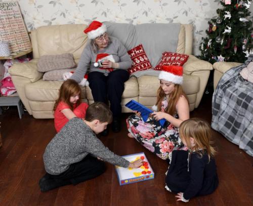 Bà mẹ trẻ đưa cụ bà cô đơn về nhà mình đón Giáng sinh - ảnh 2
