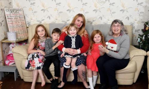 Bà mẹ trẻ đưa cụ bà cô đơn về nhà mình đón Giáng sinh - ảnh 1