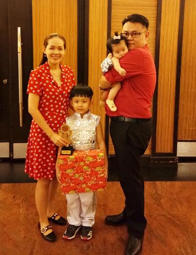 Chồng chị Hương cũng cổ vũ Việt Nam.