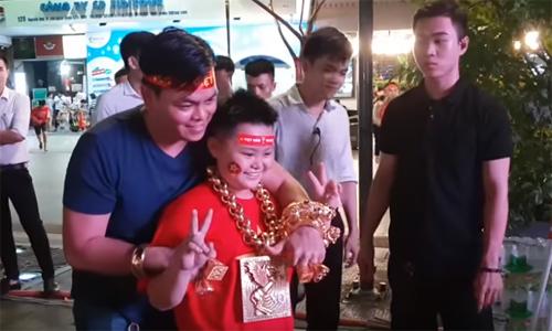 Người hâm mộ chụp ảnh cùng anh Phúc trên phố đi bộ Nguyễn Huệ trước giờ khai mạc trận chung kết lượt đi AFF Cup 2018 Malaysia.Việt Nam. Ảnh: YT