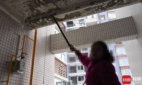 Phần trần ở ban công nhà chị Zhang cũng lở ra khi chỉ cần chọc nhẹ. Ảnh:  Wenxuecity.