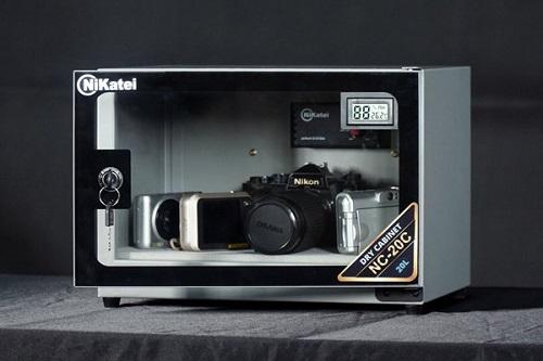 Tủ chống ẩm cao cấp Nikatei NC-20C Silver Plus giá 1,55 triệu đồng sử dụng công nghệ hút ẩm nhanh. Sản phẩm chuyên dùng để bảo quản các thiết bị kỹ thuật số trong nhiều lĩnh vực như nhiếp ảnh (bảo quản máy ảnh, máy quay, ống kính, lens), điện thoại...