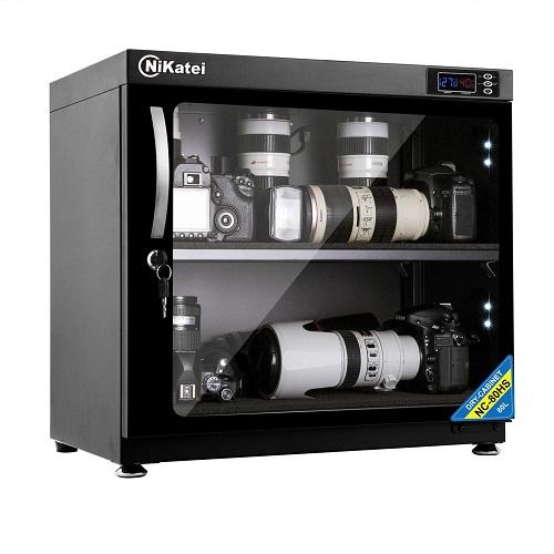 Tủ Nikatei NC-80HS dung tích 80 lít (3,75 triệu đồng) sử dụng công nghệ hút ẩm nhanh, có thể dùng đểquản cùng lúc nhiềuthiết bị kỹ thuật số như máy ảnh, máy quay, ống kính, thiết bị điện tử giá trị.